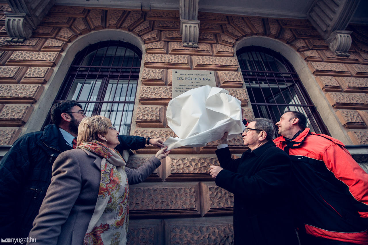 Emléktáblát avattak Dr. Földes Éva szülőházánál (fotó: Bonyhádi Zoltán / nyugat.hu)