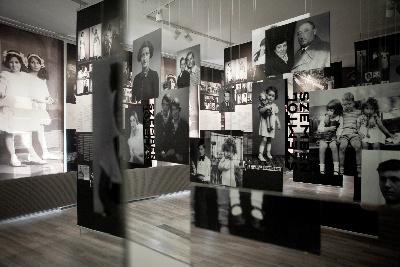 A Szemtől szemben kiállítás képeiből